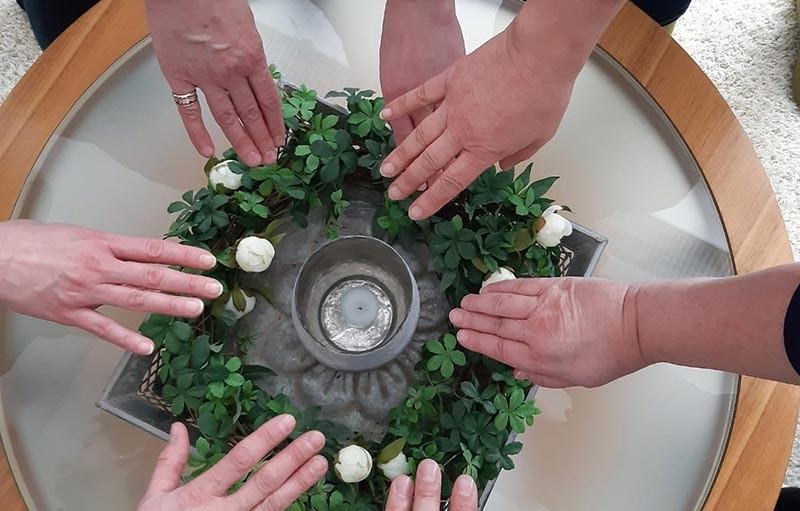 Kädet kokoontuvat yhteen, yhteistyössä on voimaa.