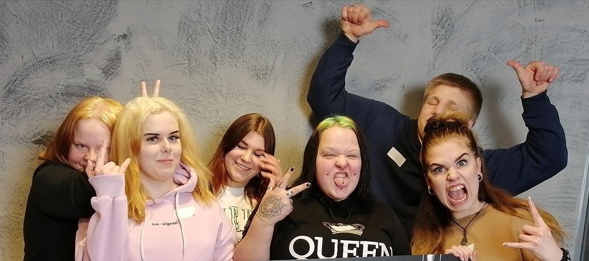 4You:n toimintaan osallistuneet nuoret tuulettavat ryhmäkuvassa.