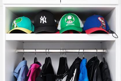 Lippalakkeja hattuhyllyllä.